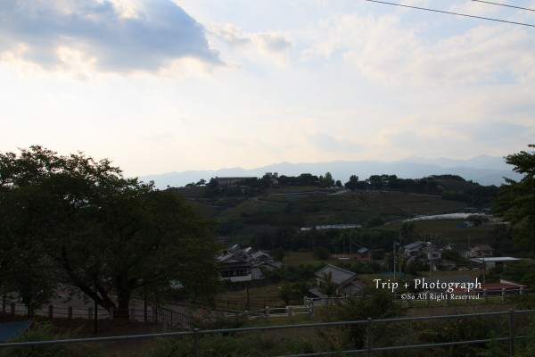 勝沼ぶどう郷駅ホームからぶどうの丘方面の様子